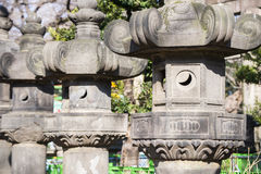UENO, JAPON - 19 FÉVRIER 2016 : Pilier japonais dans le tombeau Photographie stock libre de droits