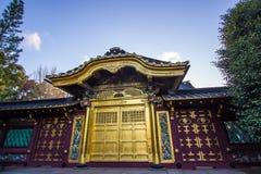 Ueno ParkUeno Koen, Taito, Tokyo, Japan op 7,2017 April: Karamon van het Heiligdom van Ueno Toshogo Stock Afbeeldingen