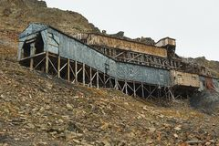 Äußeres der verlassenen arktischen Kohlengrubegebäude in Longyearbyen, Norwegen Stockfotos