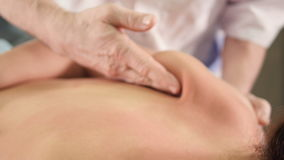 UF vicino di massaggio delle scapole del ` s della donna archivi video