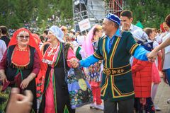 UFA, RÚSSIA - 12 DE JUNHO DE 2019: parada popular do traje Povos do pântano diferente das culturas e a dança e o riso junto fotos de stock royalty free
