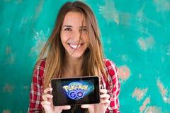 Ufa, Rosja - Lipiec 29: Kobiety przedstawienie pastylka z Pokemon Iść logo, Lipiec 29, 2016 w Ufa, Rosja Obraz Royalty Free