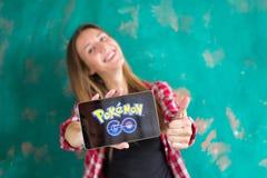 Ufa, Rosja - Lipiec 29: Kobiety przedstawienie pastylka z Pokemon Iść logo, Lipiec 29, 2016 w Ufa, Rosja Obrazy Royalty Free