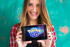 Ufa, Rosja - Lipiec 29: Kobiety przedstawienie pastylka z Pokemon Iść logo, Lipiec 29, 2016 w Ufa, Rosja Obraz Stock