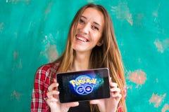 Ufa, Rosja - Lipiec 29: Kobiety przedstawienie pastylka z Pokemon Iść logo, Lipiec 29, 2016 w Ufa, Rosja Fotografia Royalty Free