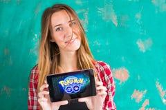 Ufa, Rosja - Lipiec 29: Kobiety przedstawienie pastylka z Pokemon Iść logo, Lipiec 29, 2016 w Ufa, Rosja Zdjęcie Royalty Free