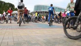 Ufa Rosja, Maj, - 22, 2016: Dzień 1000 cyklista Wiele różni ludzie wszystkie wieki na rowerach przy jeden kwadratem zdjęcie wideo