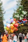 Ufa, Rusia - 9 de mayo de 2017 una persona vende los globos grandes en el parque, la celebración, Foto de archivo libre de regalías