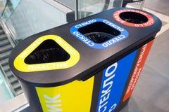 Ufa, Russia - 3 novembre 2018: bidone della spazzatura per spreco riciclabile con i contenitori separati in centro commerciale, v fotografia stock