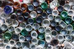 Ufa, Russland - 21. April 2012: Unterseiten von verschiedenen schmutzigen Glasflaschen als Wandhintergrundbeschaffenheit stockbild