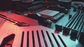Ufa, Russland - 7. August 2019: Transportwagen-Nahaufnahmeschuß von CPU 3600 AMD-Ryzen 5 auf Motherboard stock video