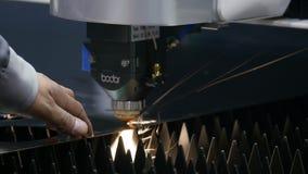 Ufa/Russland - 01 04 2019: CNC Laser-Ausschnitt des Metalls, moderne Industrietechnik Industrieller Laser-Scherblock mit Funken stock video