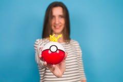 Ufa, Russland - 8. Juli 2017: Frau, die pokeball mit pikachu hält pokemon gehen spiel mit Elementen von vergrößert Multispieler Stockfotos