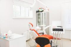 UFA RYSSLAND - September 21, 2018 ledarefoto av den tand- kliniken Mottagande undersökning av patienten Tandomsorg arkivbild