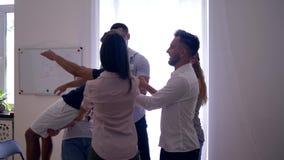 Ufa spadek, obsługuje spadki na plecy, i koledzy łapią on na grupowej terapii i oklaskują zbiory wideo
