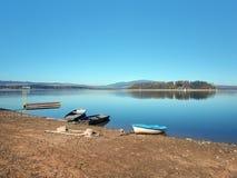Ufer, Boote und Slanica-Insel stockbilder