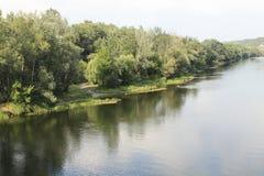 Ufer des Ebenenflusses in der Landschaft Lizenzfreie Stockfotografie