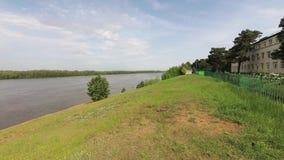 Ufer des Flusses stock video footage