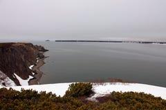 Ufer des Meeres von Ochotsk Frühling, Halbinsel Taigonos, Magadan-Region, Stockbilder
