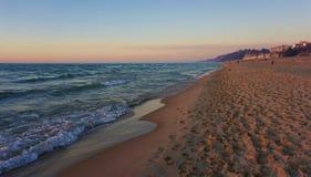 Ufer des Michigansees an der Dämmerung stockfoto