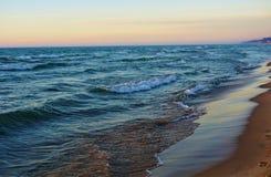 Ufer des Michigansees an der Dämmerung stockfotografie