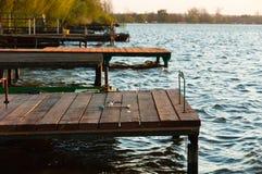 Ufer mit Anlegestelle Lizenzfreie Stockfotografie