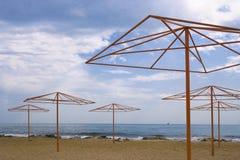 Ufer mit Strandregenschirmen Lizenzfreie Stockfotos
