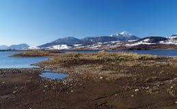 Ufer und Berg Stockfotografie