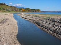 Ufer und cannal bei Liptovska Mara während des Herbstes lizenzfreies stockfoto