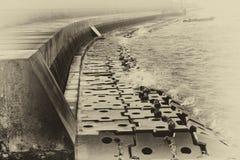 Uferdamm mit Stahlplatten und Wellen Stockfoto
