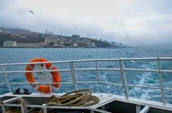 Ufergegend über Bord vom Meer Rettungsring im Vordergrund Stockfoto