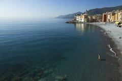 Ufergegend bei Camogli, schauend entlang dem Strand Lizenzfreie Stockfotos