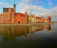 Ufergegend der alten Stadt in Gdansk mit Hafenkanal Lizenzfreie Stockfotografie