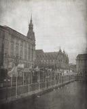Ufergegend-Gebäude und Flaggen - Weinlese Lizenzfreie Stockfotografie