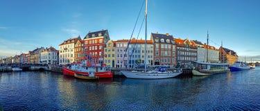 Ufergegend-, Kanal- und Unterhaltungsbezirk Nyhavn mit bunten Häusern, Gebäuden, Schiffen, Yachten und Booten in der alten Stadt  stockfotos