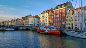 Ufergegend-, Kanal- und Unterhaltungsbezirk Nyhavn mit bunten Häusern, Gebäuden, Schiffen, Yachten und Booten in der alten Stadt  stockfotografie