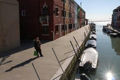 Ufergegend mit bunten Häusern in Burano, Venedig, Italien Stockbilder