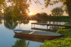 Ufergegend mit einem alten hölzernen Landungsstadium lizenzfreies stockbild