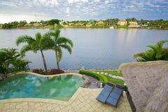Ufergegend-Villa mit Pool- und Bali-Hütte Stockfoto