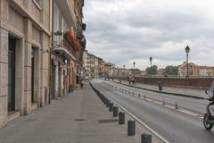 Ufergegend von der Arno-Fluss in Pisa Lizenzfreie Stockbilder