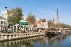 Ufergegendcafé auf Noorderhaven-Kai in der alten Stadt von Harlingen, N Stockfotografie