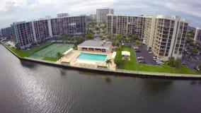 Ufergegendeigentumswohnungen mit einem Pool stock video