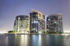 Ufergegendgebäude in Abu Dhabi Stockbilder