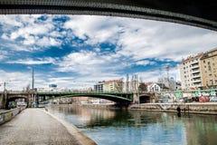 Ufergegendgraffiti wien Städtische Landschaft lizenzfreies stockfoto