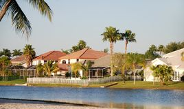 Ufergegendhäuser lizenzfreies stockfoto