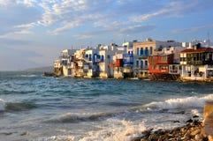 Ufergegendhäuser auf berühmtem Mykonos setzen, Griechenland auf den Strand Stockbild