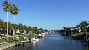 Ufergegendhäuser auf Florida-Kanal, 4K stock video