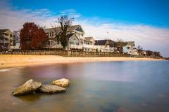 Ufergegendhäuser und -felsen in Chesapeake Bay, Nordstrand, lizenzfreie stockfotos