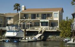 Ufergegendhaus ein Dock Lizenzfreies Stockbild