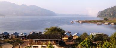 Ufergegendhaus im contryside Lizenzfreies Stockfoto